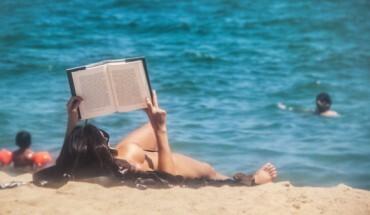Lectura_en_la_playa-370x215