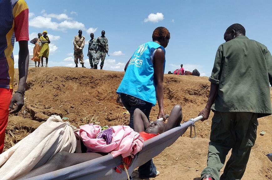 Personal de ACNUR ayuda a un refugiado en Sudán del Sur Foto: ACNUR/L. Godinho