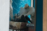 Doctores en Liberia atienden a un paciente de ébola Foto; UNMIL/Staton Winter