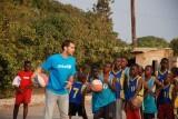 El Amigo de UNICEF Comité Extremadura José Manuel Calderón, medalla de plata en los Juegos Olímpicos 2012 y jugador de la NBA, juega un partido de baloncesto con los niños de Fuente de la Esperanza, un centro apoyado por UNICEF en Lusaka (la capital de Zambia) que ofrece a los niños vulnerables la oportunidad de acceder a servicios básicos como la alimentación, la salud y la higiene.