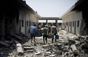 Pescadores palestinos inspeccionan los daños en su almacén en el puerto de la ciudad de Gaza.