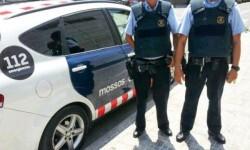 Agents-dels-Mossos-d-Esquadra-patrullant-amb-armilles