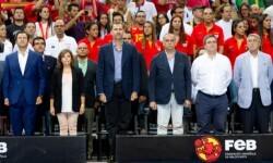 Su Majestad el Rey durante la interpretación del Himno Nacional © Federación Española de Baloncesto (FEB)