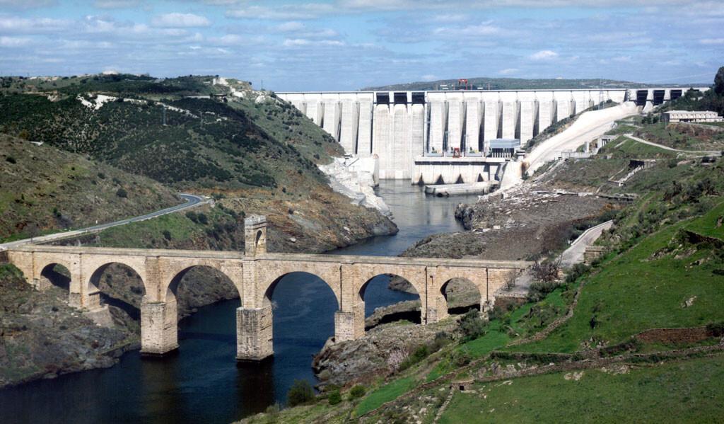 Central-Hidroelectrica-José-Maria-de-Oriol-y-puente-romano
