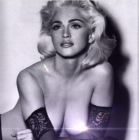 Madonna celebra sus 56 años regalando un topless a sus fans