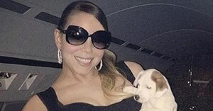 Mariah Carey y uno de sus perros. (sinflash)