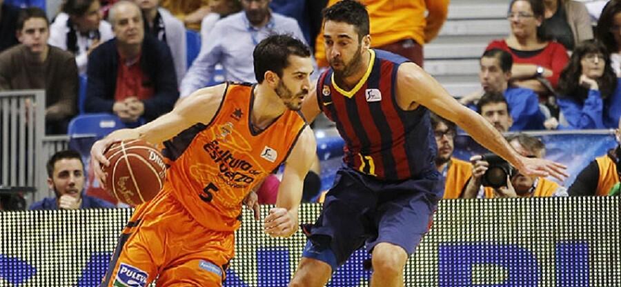 Pau Ribas, defendido por quien este año será su compañero en el Barça, 'La Bomba' Navarro. Foto: ACB