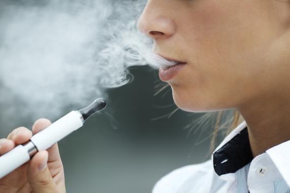 1 / 1 El cigarrillo electrónico puede alejar a la gente del tabaco pero también iniciar una adicción a la nicotina. / Fotolia