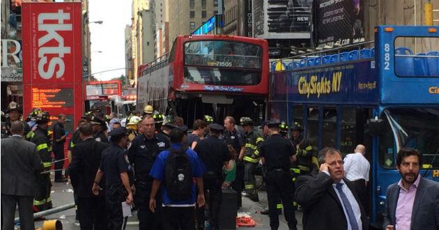 Dos autobuses turísticos chocaron en Times Square.