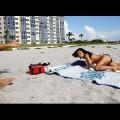 VIDEO: cómo hacer que una chica se exhiba topless