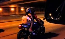 """Vídeo: El viento """"desnuda"""" a joven en plena carretera"""
