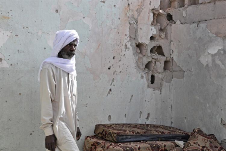Señales de violencia en una calle de Tayuri, Libia Foto: IRIN/Zahra Moloo