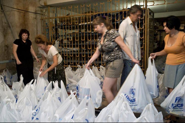 Voluntarios locales distribuyen ayuda humanitaria en Ucrania Foto: Photo: ACNUR/Iva Zimova