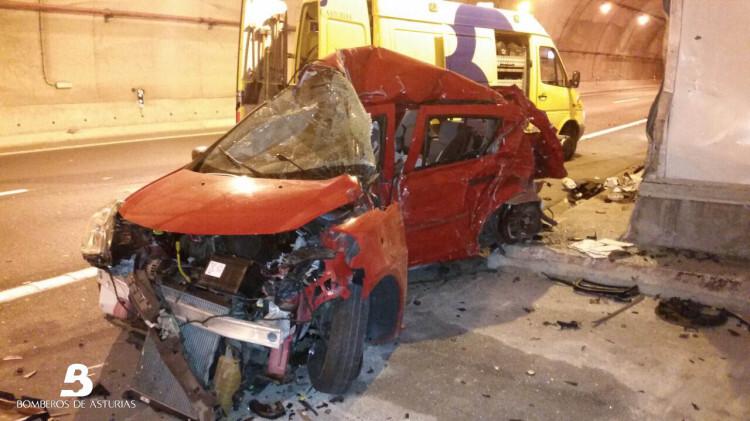 2014.09.18 Accidente de tráfico en túnel de Priañes (Grado) 1