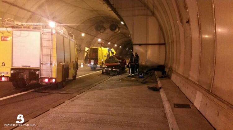 2014.09.18 Accidente de tráfico en túnel de Priañes (Grado) 2
