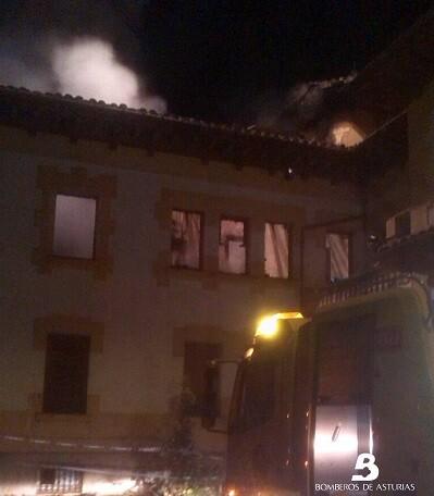 2014.09.18 Incendio urbano en La Acebera, Siero 1