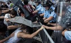 La policía se enfrenta con los estudiantes manifestándose en favor de la democracia en Hong Kong. Los estudiantes utilizan los paraguas como escudos a los aerosoles de pimienta © Lam Yik Fei / Getty Images
