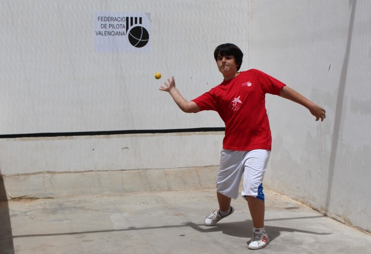 Alumno de Valencia, jugando a pilota valenciana