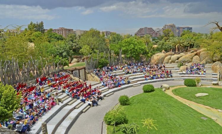 Anfiteatro de Bioparc Valencia - grupos escolares durante un acto de concienciación medioambiental
