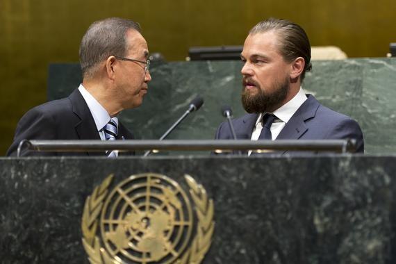 El Secretario General Ban Ki-moon (izquierda) y Leonardo DiCaprio (derecha), designado recientemente Mensajero de la Paz de la ONU, en la Sala de la Asamblea General de la ONU en Nueva York.
