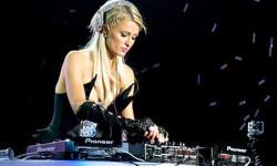 Paris Hilton se promociona como DJ. (latribuna.hn)