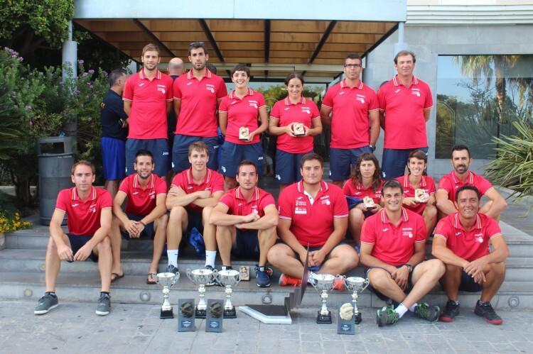Foto 1. Prinicipal. Los deportistas con todos los trofeos obtenidos en el Mundial 2014 (Custom)