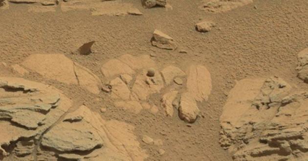 Curiosa roca esférica en Marte. (Foto: Gizmodo)