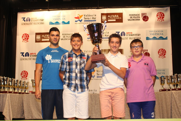 Los alevines de Oliva recogiendo el trofeo de Marrahi