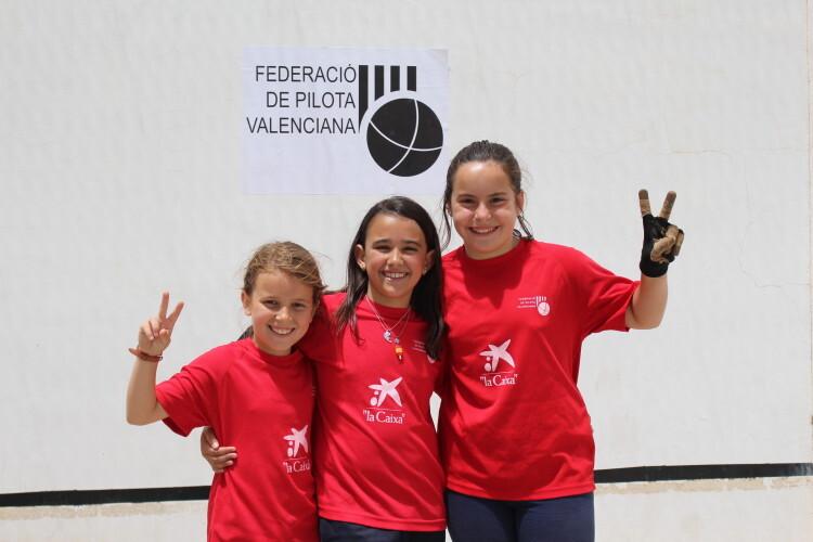 Niñas de las escuelas municipales de pilota valenciana de Valencia