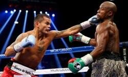 Sobre la campana del tercer round, Marcos Chino Maidana sacó una derecha recta que impacto duro sobre el rostro de Floyd Mayweather y le dio hizo volar un diente, con el norteamericano arrinconado contra las cuerdas.
