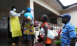 Una enfermera monitorea la temperatura de varias personas en el condado de Bomi (Liberia), como parte de una campaña de salud para frenar la propagación del virus del ébola. / EFE