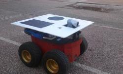 El aspecto de los robots es la de un coche pequeño de cuatro ruedas, que incluye actuadores, sensores, sistemas de comunicación y una unidad de procesamiento. / UPM
