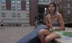 Arrastra un colchón para exigir la expulsión de su violador
