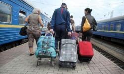 © ACNUR/I.Zimova. Una familia ucraniana con sus pertenencias tras llegar a Kiev en tren. Han huido de la violencia en el este del país.