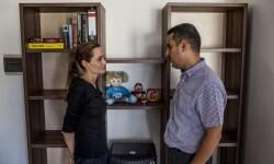 © ACNUR/P.Muller. La Enviada Especial de ACNUR conoció durante su visita a Malta a Ayman Mustafa, un refugiado sirio procedente de Alepo. La mujer y la hija de este médico se ahogaron cuando su barco se hundió en el Mediterráneo el año pasado.