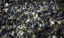 © ACNUR/A.D'Amato. Solicitantes de asilo e inmigrantes económicos en un barco de carga que les acaba de rescatar en alta mar. Entre los pasajeros hay personas que han huido de zonas en conflicto y que necesitan protección internacional.