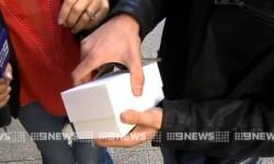 Compró el primer iPhone 6 y se le cayó de la emoción