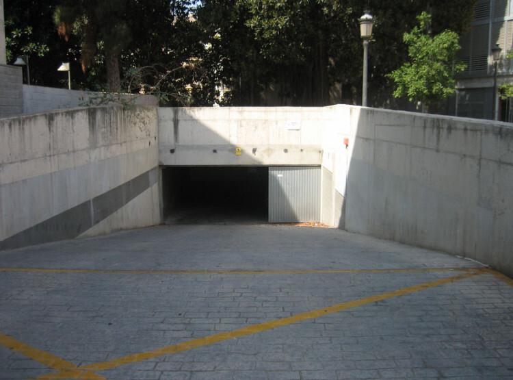 Entrada al parking de la Plaza Santo Tomás.