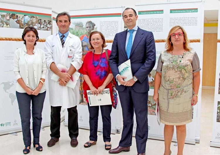El conseller de Sanidad, con los responsables de Farmamundi. Foto de archivo