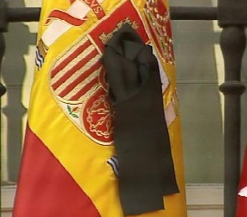 Crespón negro en la bandera de España durante un homenaje a las víctimas del atentado del 11M.