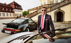 Dos reyes de la carretera y el «Papa de los motores» Mezger frente al Palacio de Solitude, cerca de Stuttgart