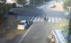 Un ciclista queda en medio de un accidente; se salva de milagro