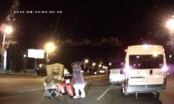 Vïdeo: Mickey Mouse y Bob Esponja dan una paliza a un conductor