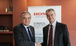 Manel del Castillo, Director Gerente de HSJD y Marc Serruya, Presidente de Honda, en la firma del acuerdo.