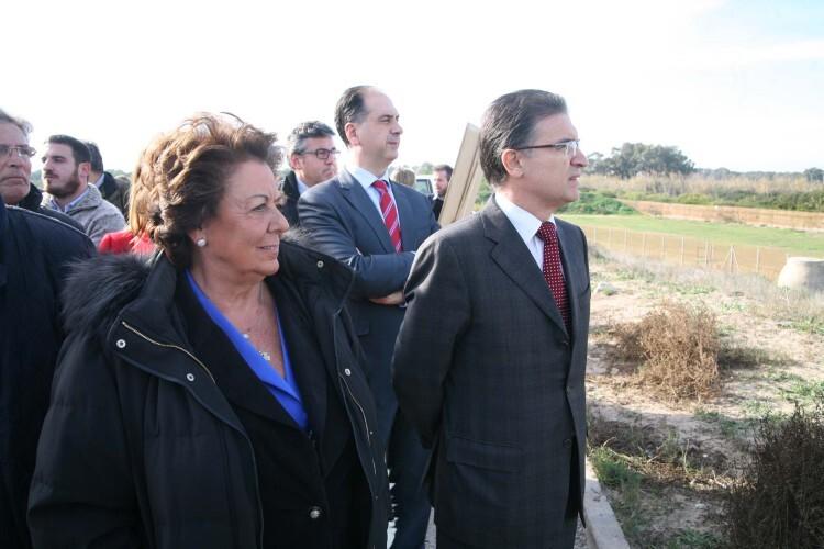 Rita Barberá, acompañada por Serafín Castellano, en una reciente visita a El Saler.