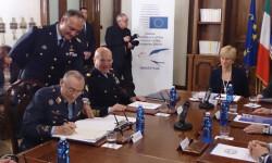 Italia, nuevo integrante del Mando Aéreo de Transporte Europeo (EATC) El general Santiago Guillén en el momento de la firma que da entrada a Italia como nuevo miembro del EATC, ante la presencia de la ministra de Defensa y jefe de la Fuerza Aérea italiana