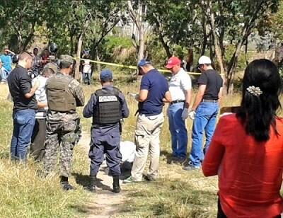 Agentes de policía en el escenario del crimen donde asesinaron al empresario. (Foto-Agencias)