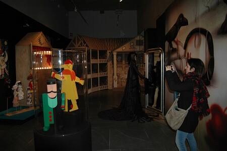Algunos de los trajes y muñecos utilizados en las muchas obras de l' class=