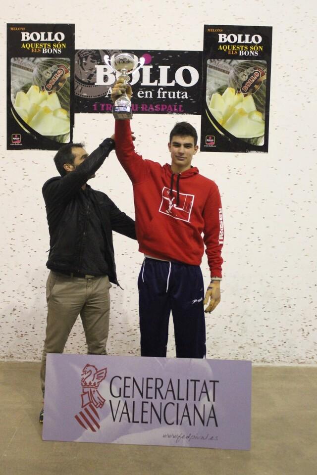 El Moro, entregant el trofeu de campió sub-16 de raspall