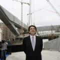 El arquitecto Santiago Calatrava observa una de sus obras, en una imagen de 2006. (Foto-Agencias)
